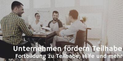 UfT – Unternehmen fördern Teilhabe @ vadimguzhva Auf dem Bild ist eine Gruppe junger Geschäftsleute an einem Konferenztisch zu sehen. Eine Frau und zwei Männer sitzen auf Stühlen, ein junger Mann im Rollstuhl. Alle freuen sich und lachen.